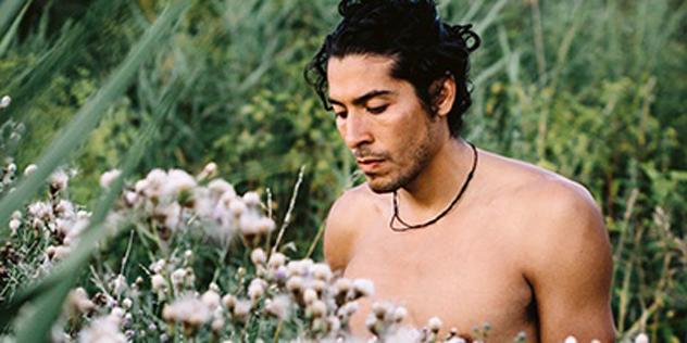Mann vor Blumen
