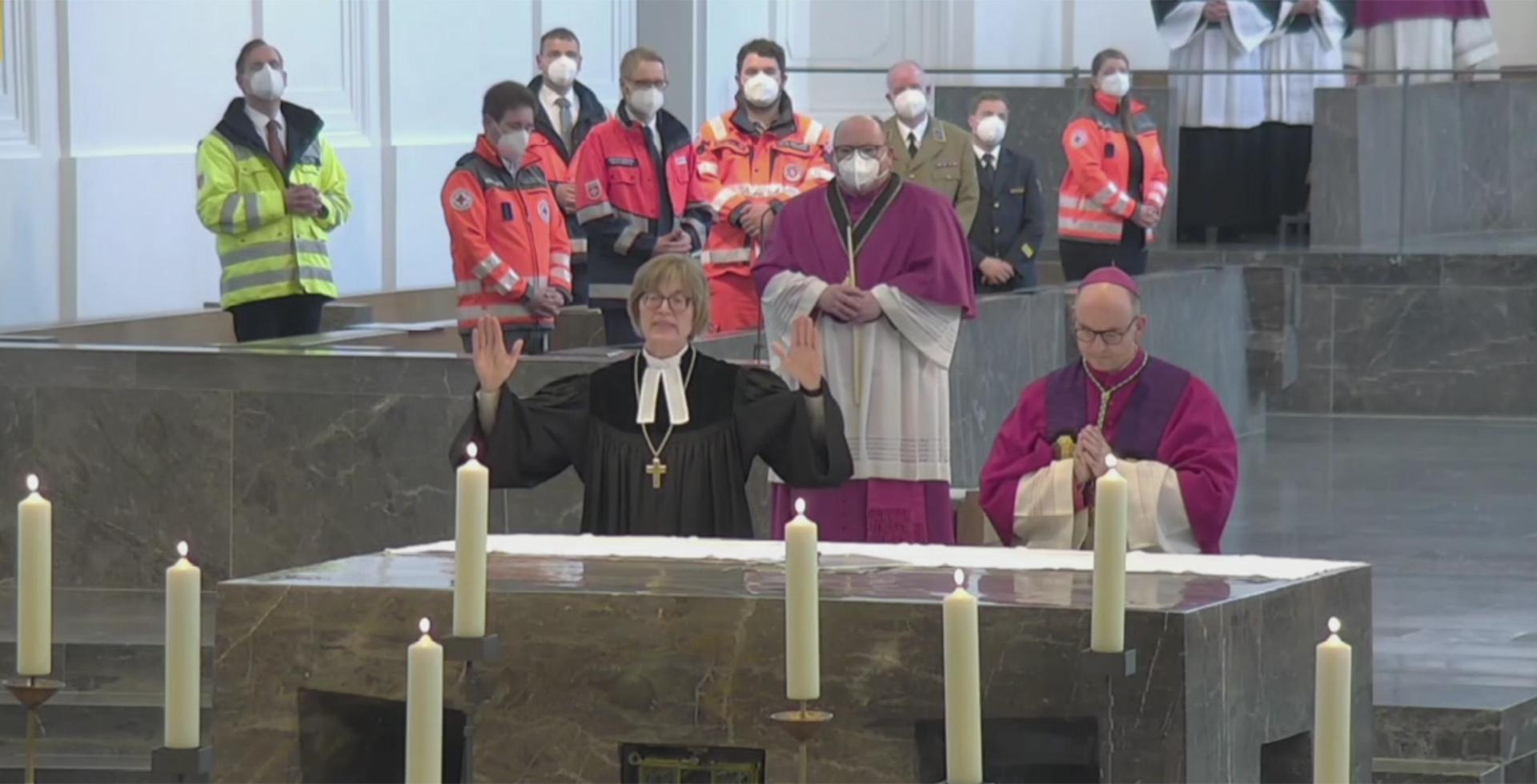 Gisela Bornowski und Franz Jung beim Segen im ökumenischen Gottesdienst
