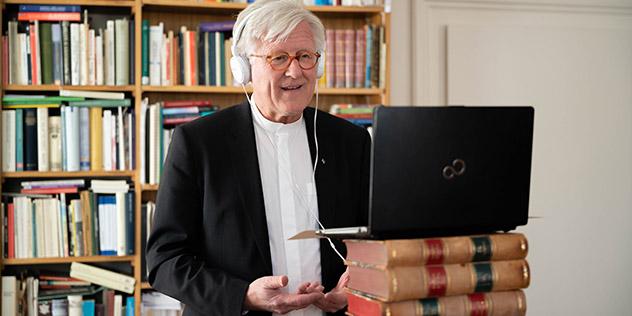 Landesbischof Heinrich Bedford-Strohm betet über Videokonferenz zusammen mit Kardinal Reinhard Marx., © Minkus