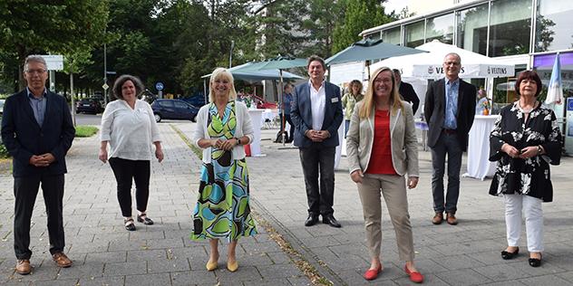 Mitarbeitende Diakonie Hasenbergl mit Staatsministerin Carolina Trautner