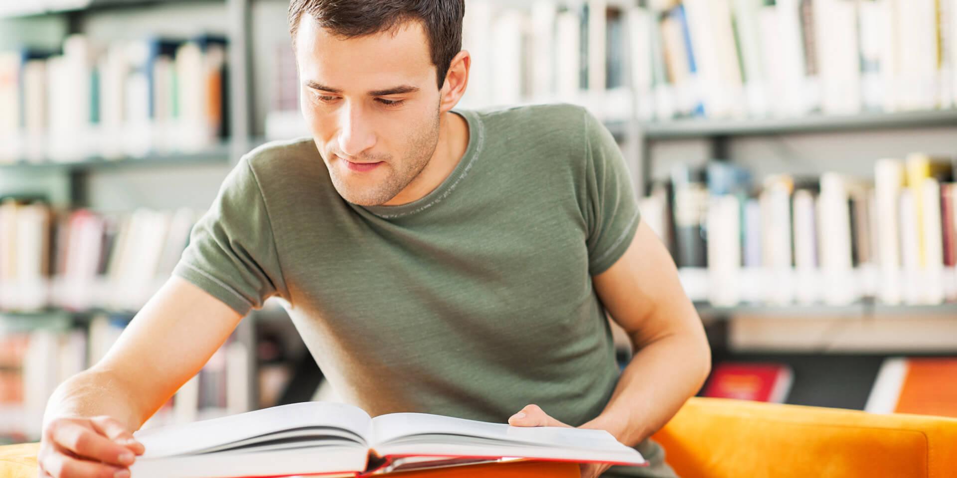 junger Mann liest