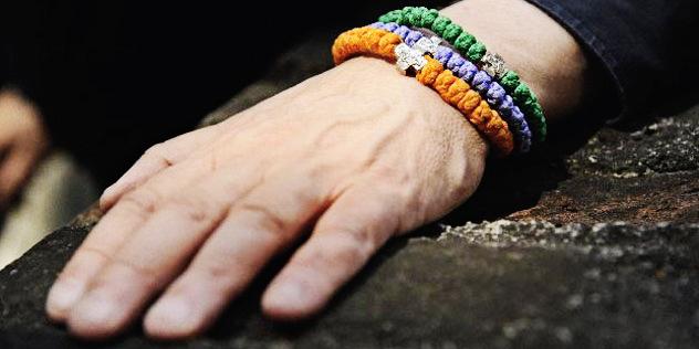 Eine Hand liegt auf einem Stein