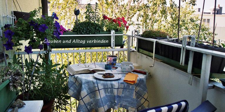 Balkontisch mit Kerze, Bibel und Frühstück, © Schnurr