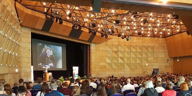 Zahlreiche Gäste beim Jubiläumskongress des Evangelischen Kindertagesstättenverbands in der Stadthalle in Fürth