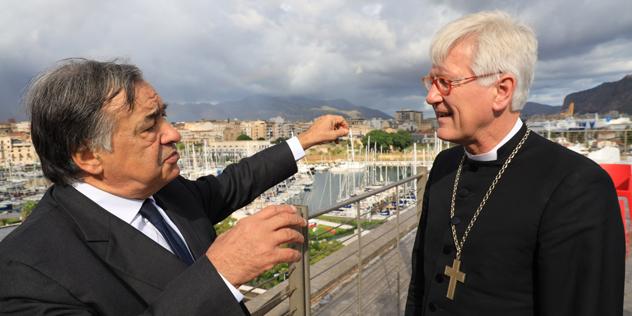 Palermos Bürgermeister Leoluca Orlando und der Ratsvorsitzende der Evangelischen Kirche in Deutschland (EKD), Landesbischof Heinrich Bedford-Strohm in Palermo