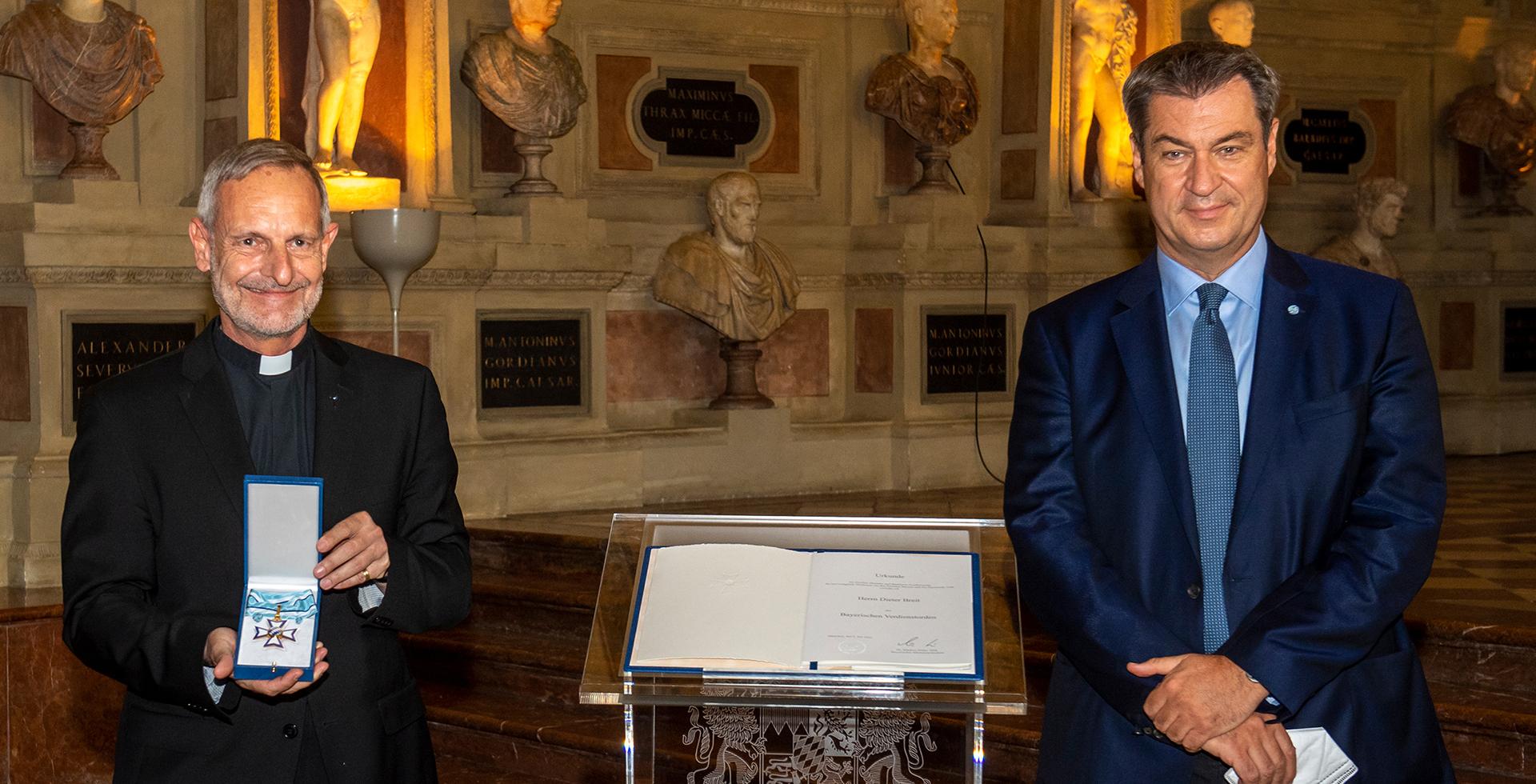 Kirchenrat Dieter Breit und Ministerpräsident Markus Söder bei der Übergabe des Verdienstordens
