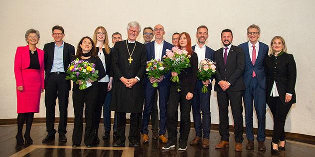 Gruppenbild der Preisträger und Preisträgerinnen, der Sponsoren und der Jury mit dem Landesbischof