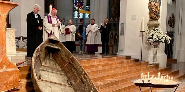 Kardinal Marx, Landesbischof Bedford-Strohm und Bischof Vasilios beten mit Geflüchteten und Rettern, © ELKB