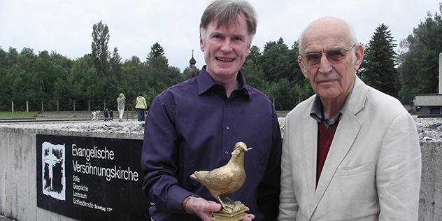 Björn Menisng (li) mit Heinz Hermann Niemöller und der Martin-Niemöller-Friedenstaube, KZ-Gedenkstätte Dachau, Sommer 2010, © Versöhnungskirche