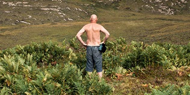 Mann in grüner Weite