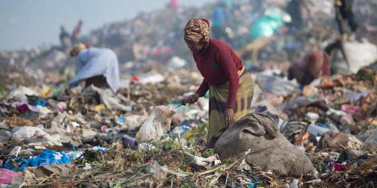 Mosambik Müllkippe Maputo Frau sammelt