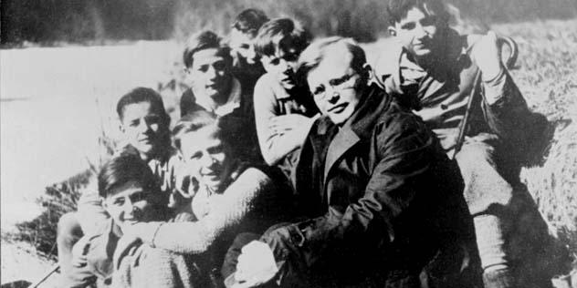 Dietrich Bonhoeffer mit Schülern