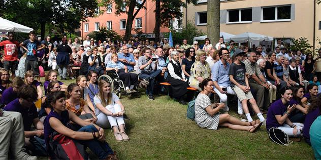 Zahlreiche Besucher beim Fest der weltweiten Kirche.