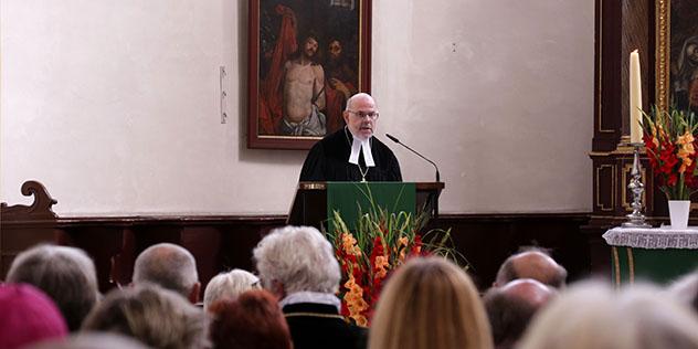 Regionalbischof Hans-Martin Weiss bei seiner Abschiedspredigt in der Regensburger Neupfarrkirche