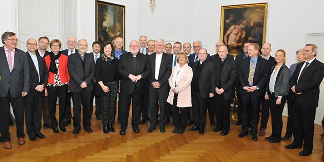 Die Teilnehmenden des Treffens der der Freisinger Bischofskonferenz und der Kirchenleitung der Landeskirche.