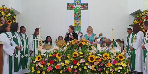 Münchens Stadtdekanin Barbara Kittelberger spricht bei der Ordination von 14 Pfarrerinnen und Pfarrern in San Salvador.