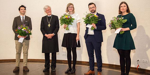 Die Preisträgerinnen und Preisträger des Nachwuchspreises: Claudio Rizello; Luisa Hommerich, Christopher Bonnen und Sofie Czilwik (v. l.) mit Landesbischof Heinrich Bedford-Strohm.