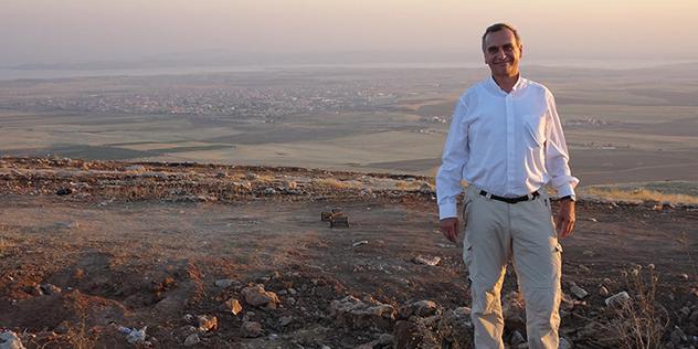 Oberkirchenrat Michael Martin vor dem Fluss Tigris.