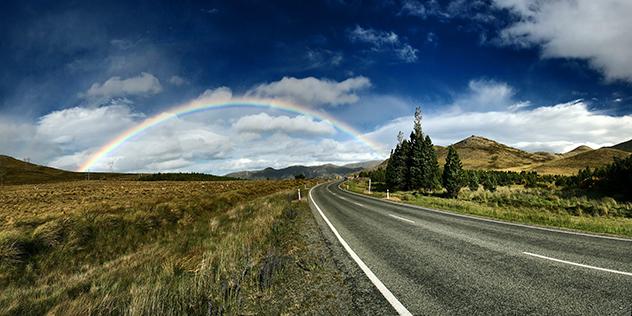 Straße und Regenbogen, © unsplash / Stas Kulesh