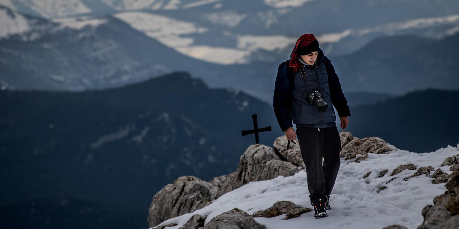 Mann am Gipfel im Schnee nachdenklich
