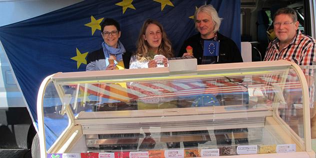Von links: Monika Tremel (KHG NÜrnberg), Kerstin Voges (ESG Nürnberg) und Michael Albrecht (KHG), Eisproduzent Bernhard Kollischan., © Katholische Stadtkirche / Ingrid Petersen