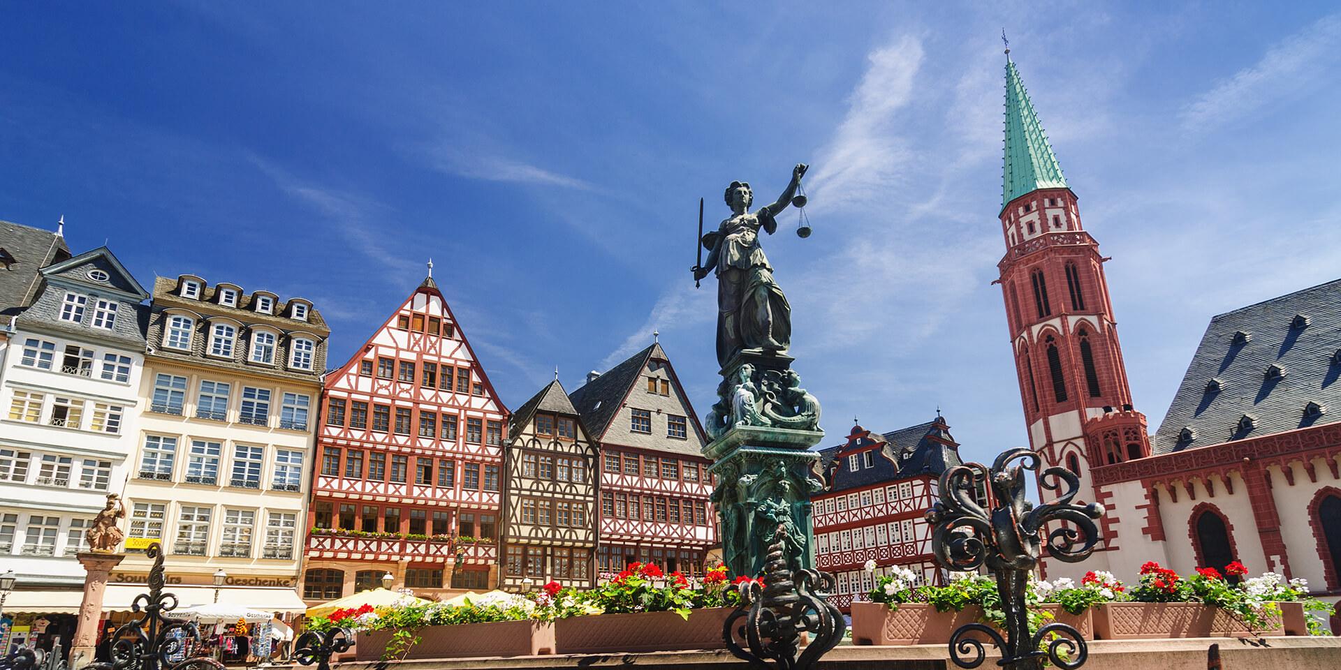 Die Ostzeile, Justitia und Nikolaikirche auf dem Römerberg in Frankfurt