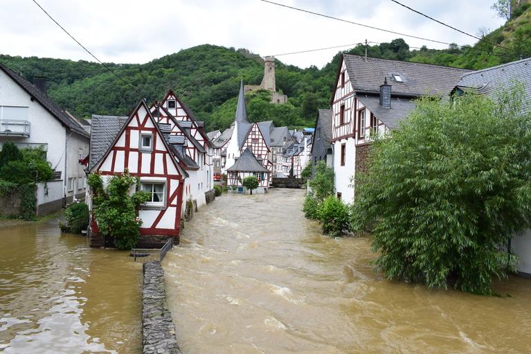 Nach der Flutkatastrophe im Westen Deutschlands stehen Menschen vor den Trümmern ihrer Existenz., © iStock-Markus Volk