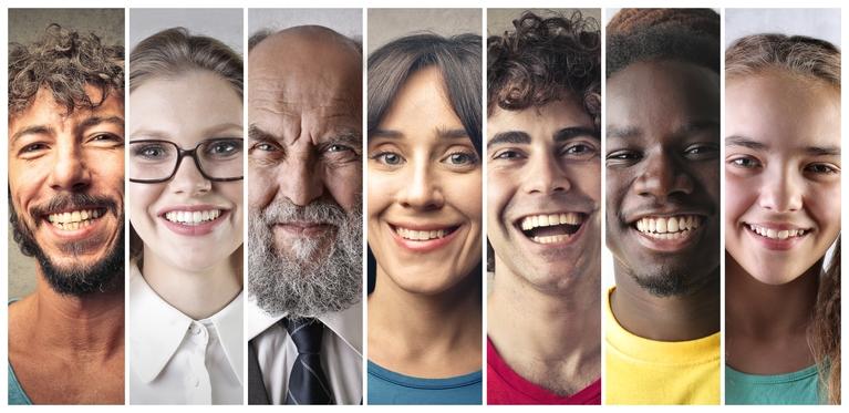Menschen mit lachenden Gesichtern, © iStock-bowie15