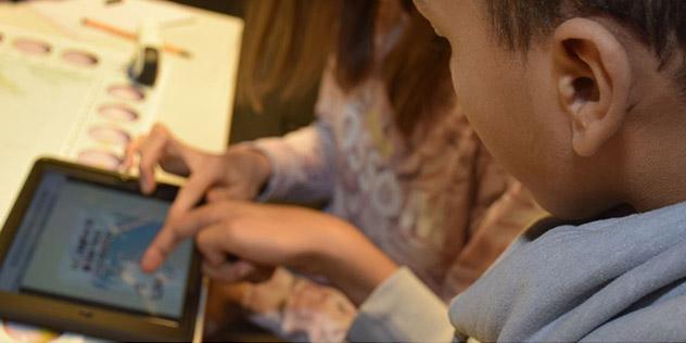 Ein Jugendlicher arbeitet am Tablet