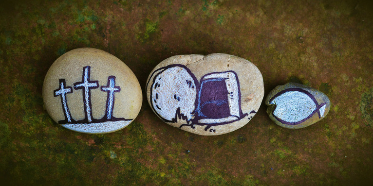 Drei Kreuze, leeres Grab und Fisch auf drei Steine gemalt, © Pixabay