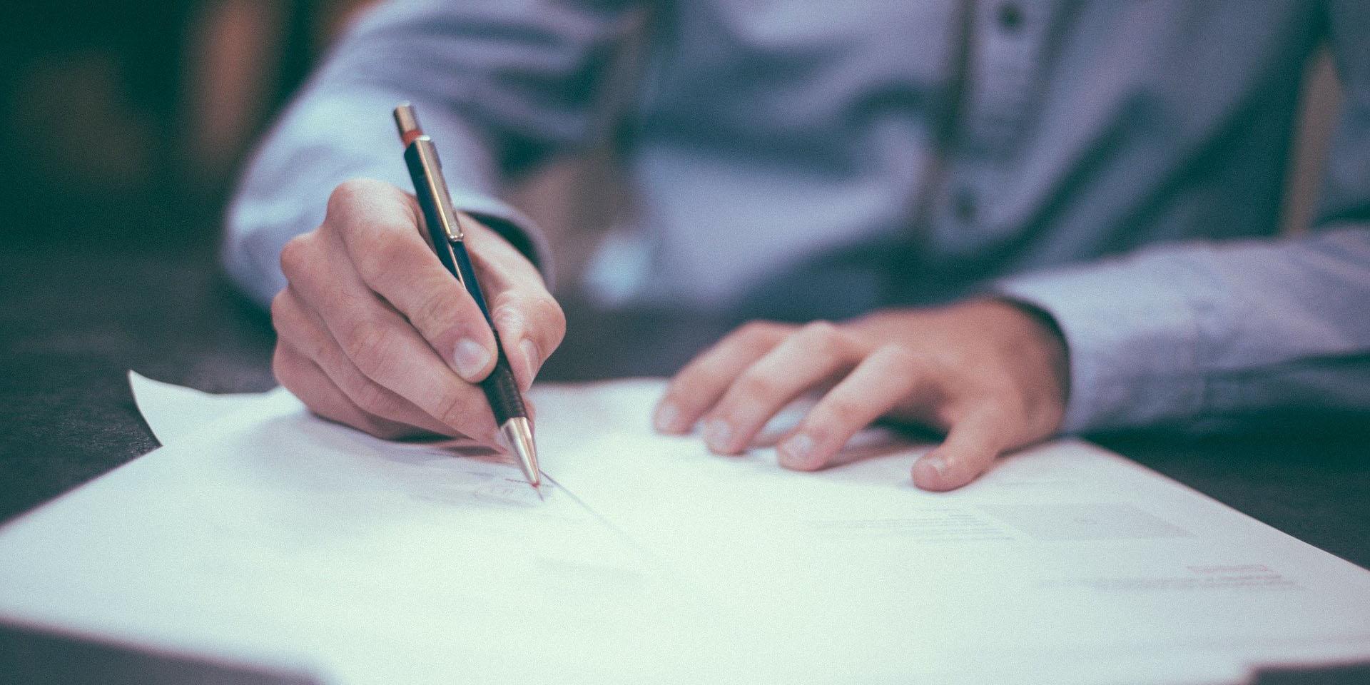 Mann schreibt auf einem Blatt Papier, Bild: © Free-Photos / pixabay
