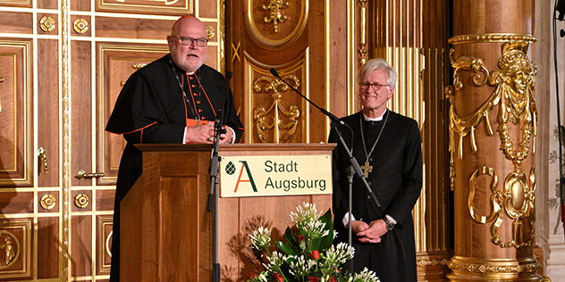 Preisträger Kardinal Reinhard Marx und Landesbischof Heinrich Bedford Strohm bei der Verleihung des Augsburger Friedenspreises 2020