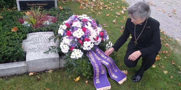 Regionalbischöfin Susanne Breit-Keßler legt einen Kranz am Grab des ehemaligen Landesbischofs Johannes Hanselmann nieder.