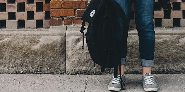 Beine einer Schülerin, Schulrucksack, © Scott Webb / Unsplash