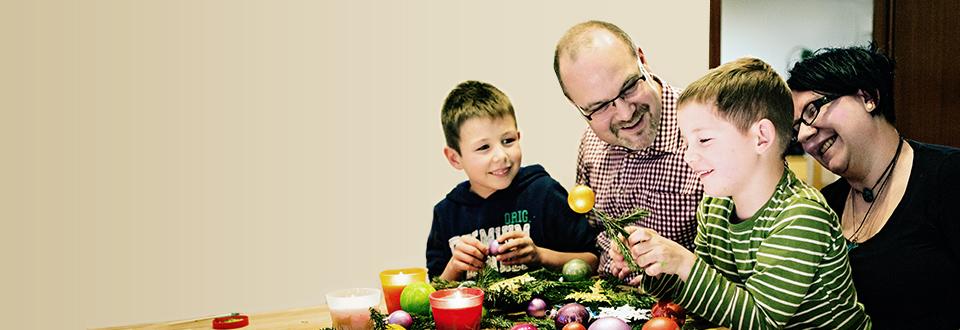 Basteln, singen, Kerzen anzünden- inzahlreichen evangelischen Familien ist dies guter Brauch. Warum? Weil die alten Rituale die schönste Vorbereitung auf Weihnachten sind. Die Kinder lieben es und erfahren Geborgenheit von Anfang an.<br /><strong>Zum Themenartikel</strong>