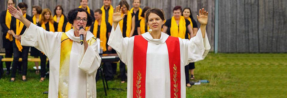 Zwei Pfarrerinnen beim Segen