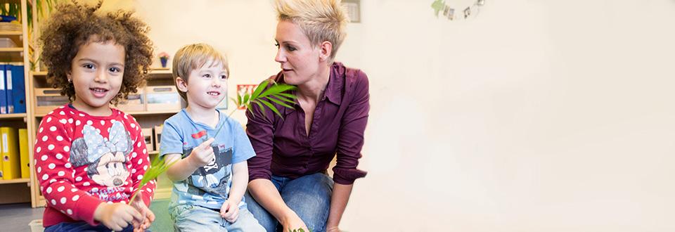 Kindergärtnerin mit Kindern